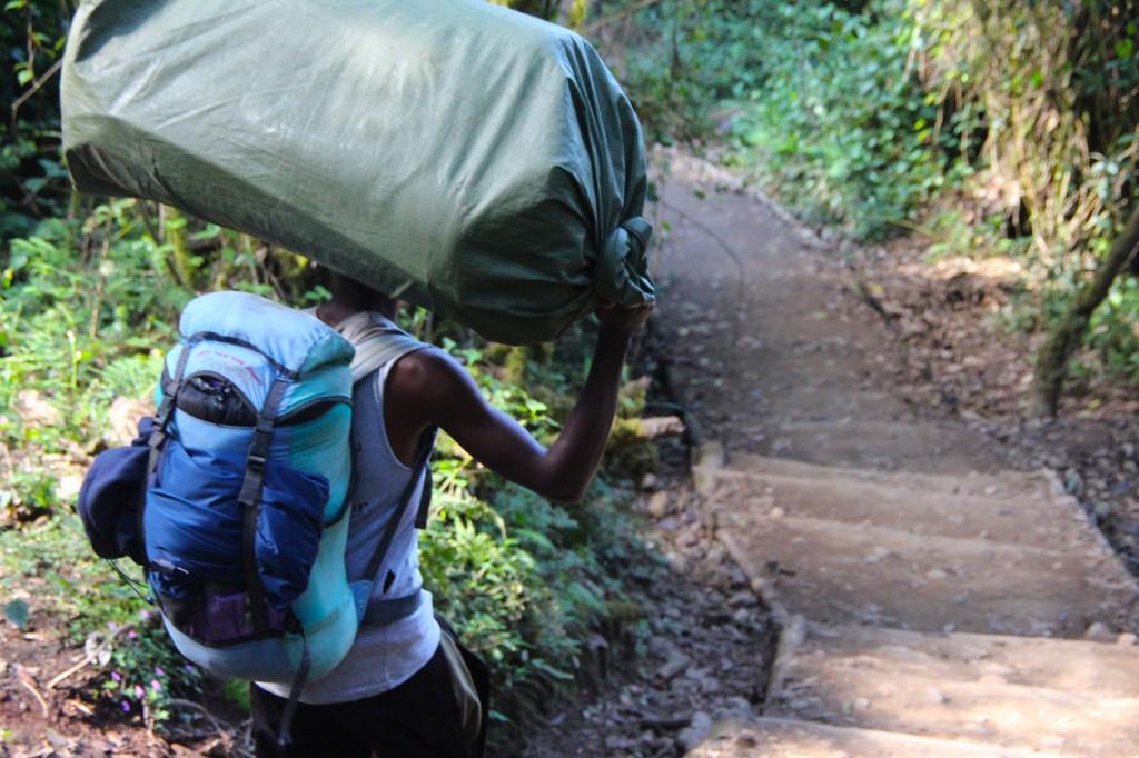 Los grandes héroes del Kilimanjaro, los porteadores