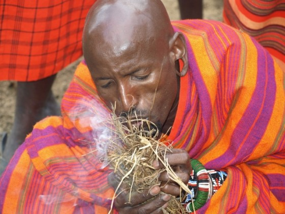 Aprendiendo a hacer fuego con los masais. Por Udare