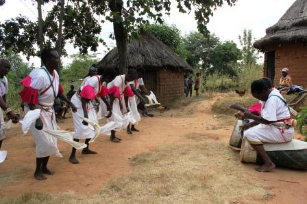 Baile tradicional Akamba. Por Wikipedia