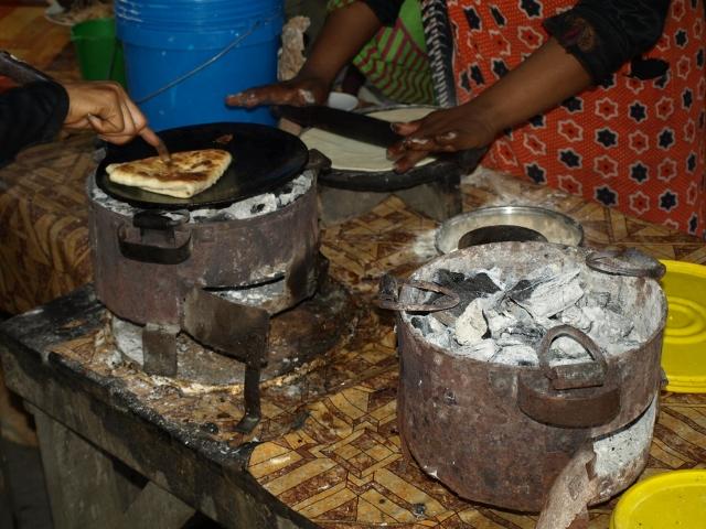 Cocinando chapati en Zanzibar. Por Udare