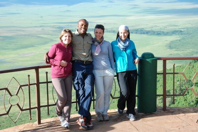 Con el cráter del Ngorongoro al fondo. Por Marga
