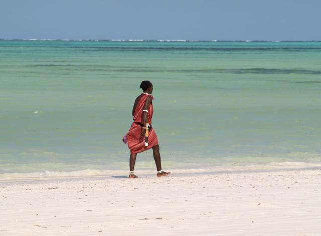 Masai paseando por la playa. Por Udare