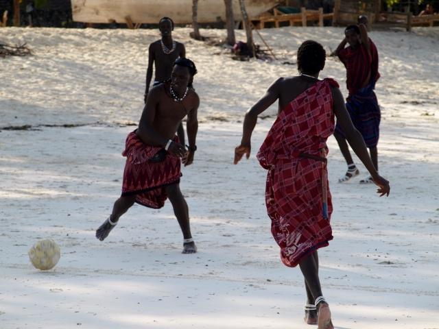 Jugando a fútbol. Por Udare