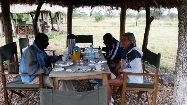 Desayunando en Seregueti con Gideon y Mudy. Por Mercè