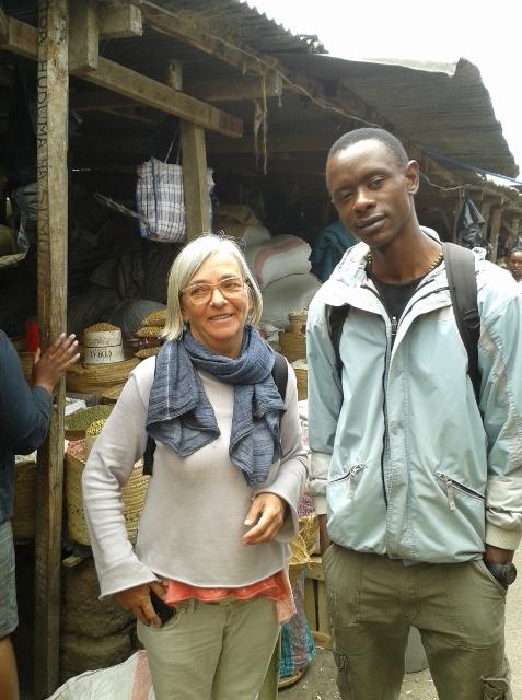 Con Gregory en el mercado central de Arusha. Por Mercè