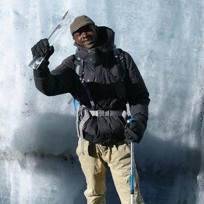 Gregory trabajando de guía de Kilimanjaro. Por Udare