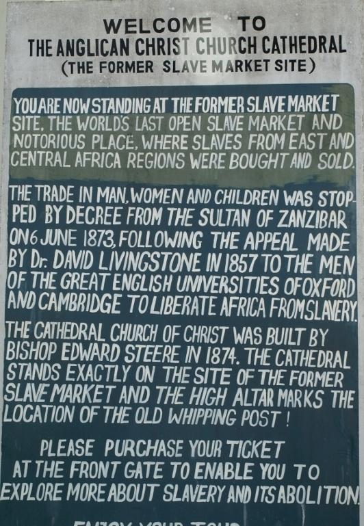 Cartel en la entrada de la catedral. Por Udare