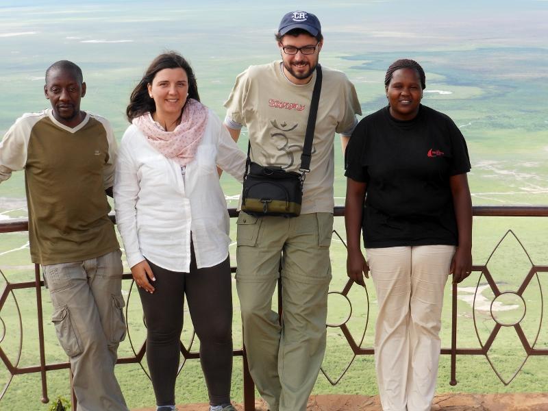 Solomon, Loreto, Alberto y Colleta con Ngorongoro al fondo. Por Loreto