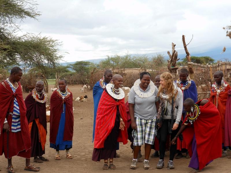 Raquel y Colleta en una aldea masai. Por Raquel