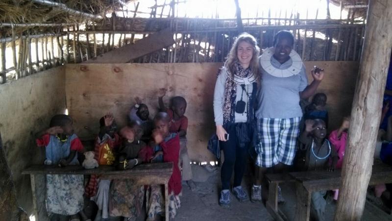 Raquel y Colleta en un aula masai. Por  Raquel