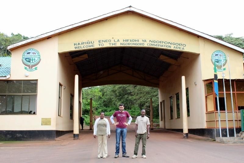 Alberto, Colleta y Solomón en la entrada a Ngorongoro. Por Alberto