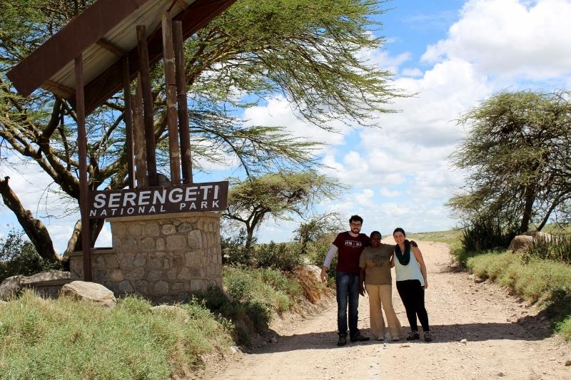 Alberto y Loreto en la entrada a Serengeti con Colleta. Por Loreto
