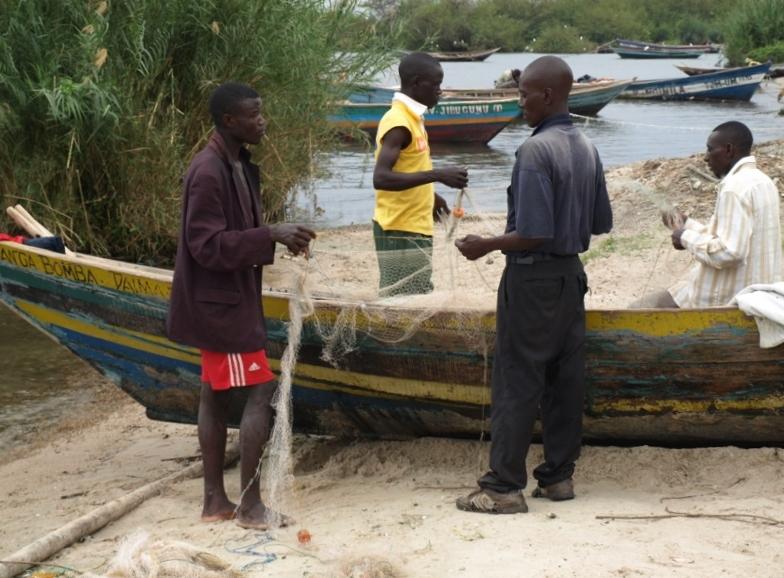 Pescadores arreglando sus redes en Lago Victoria. Por Udare