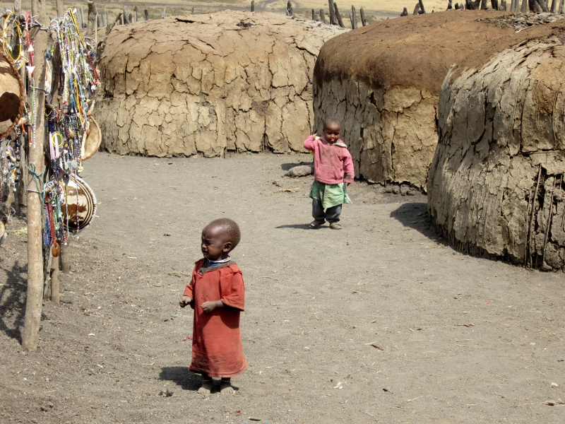 Niños en poblado masai en Ngorongoro. Por Pillareta