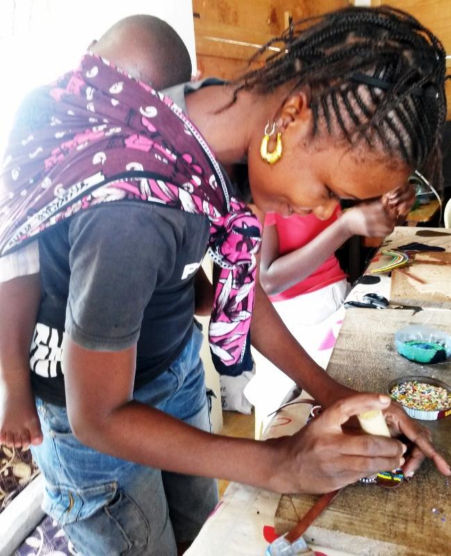 Creando las sandalias. Por Afrikable