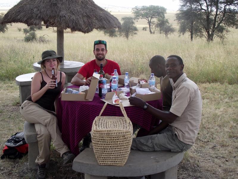 Comiendo en Serengeti. Lucía, Raúl, Solomon y Gregory. Por Lucía