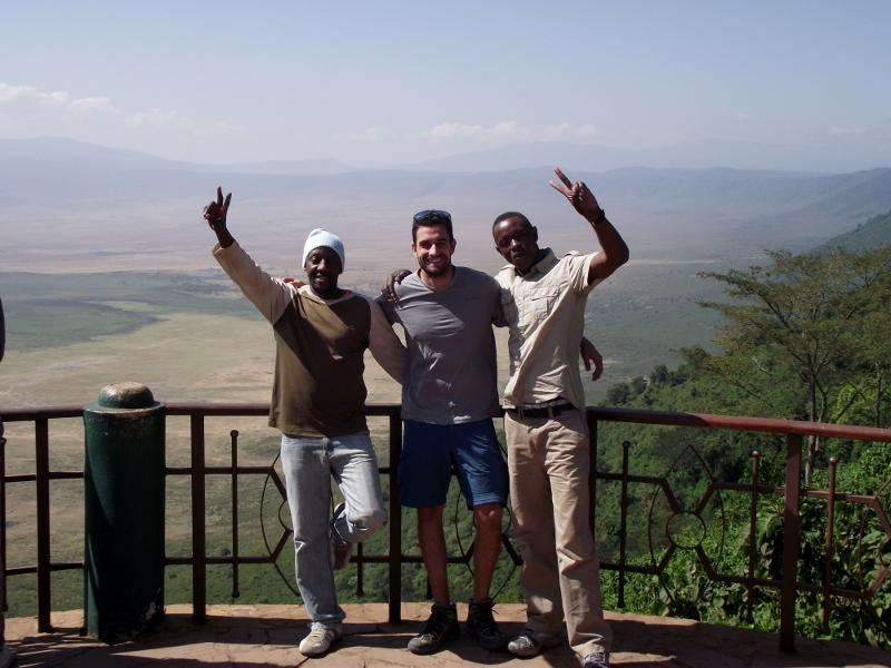 Solomon, Raúl y Gregory en el mirador de Ngorongoro. Por Lucía