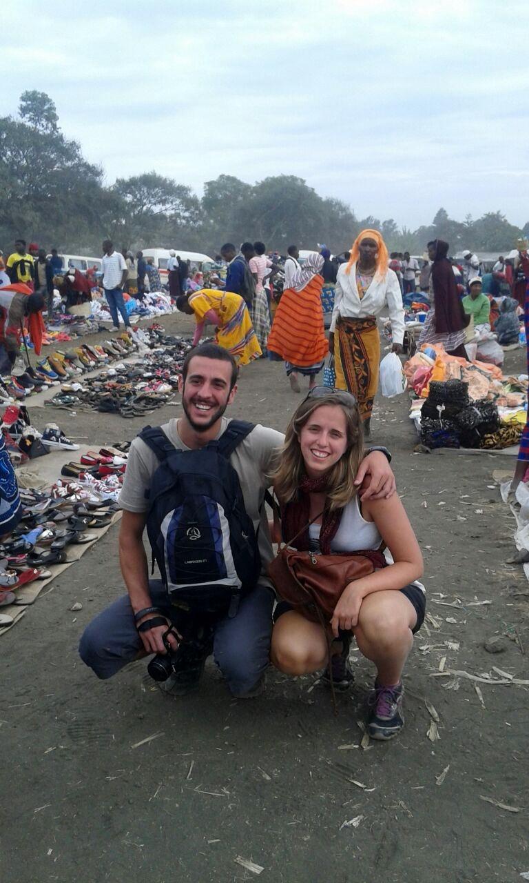 Xavier y Olga visitando al mercado de Ngaramton cerca de Arusha. Por Colleta