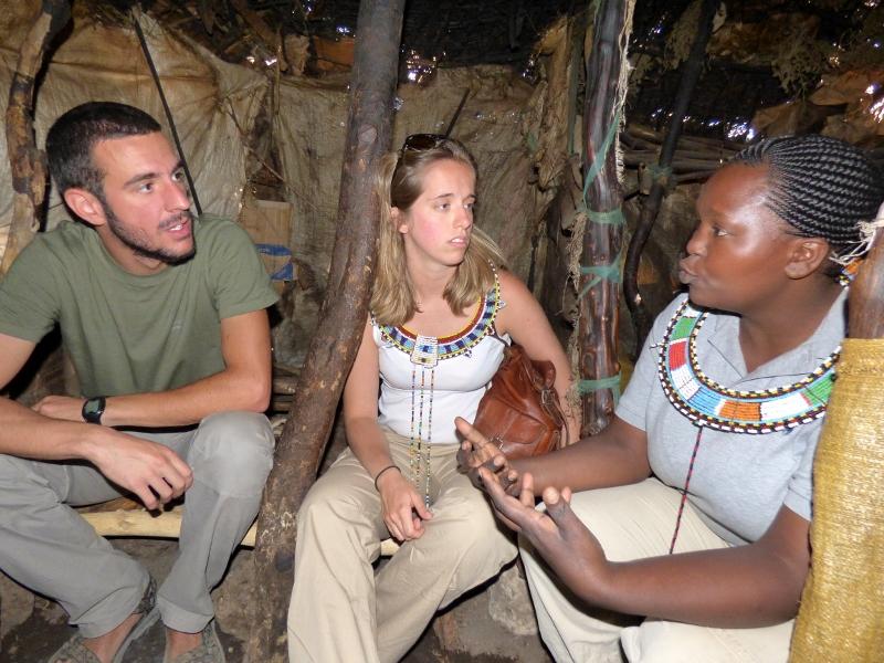 Conociendo sobre la cultura masai con su guía Colleta, también masai. Por Xavier