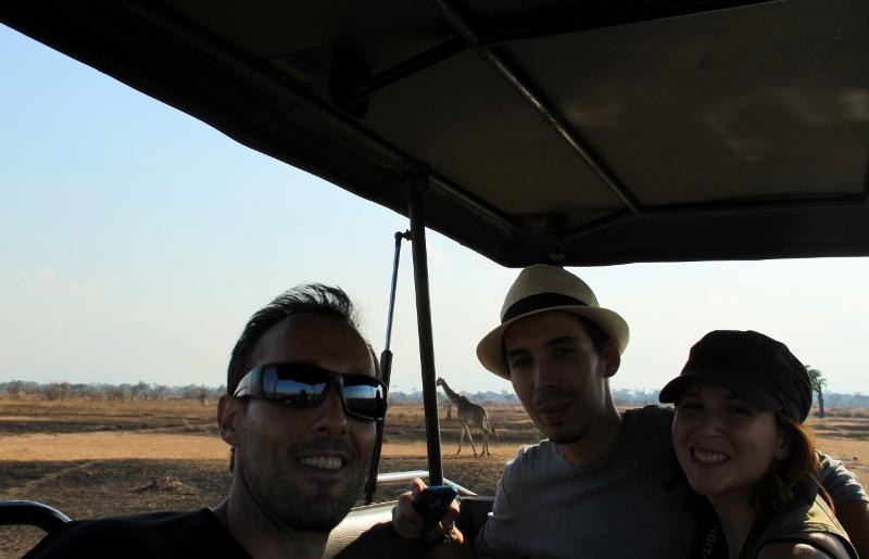 Alejandro, Jacob y Alba despidiéndose del safari. Por Alba