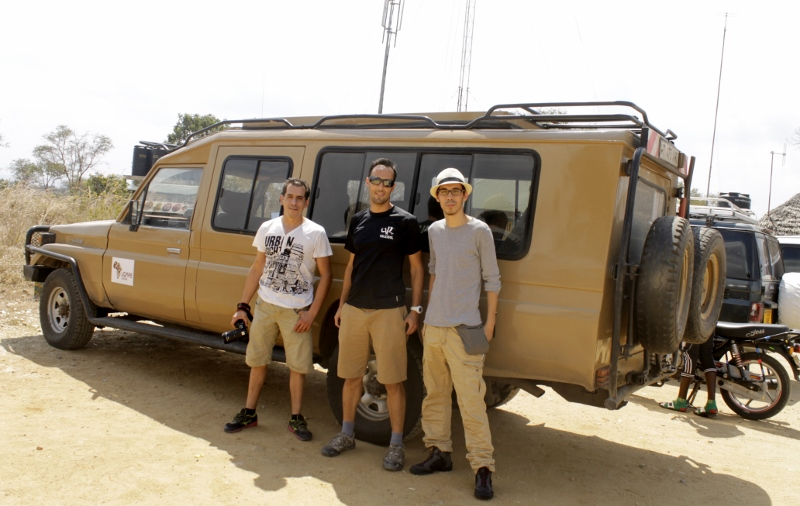 Eduardo, Alejandro y Jacob en su Land Rover. Por Alba