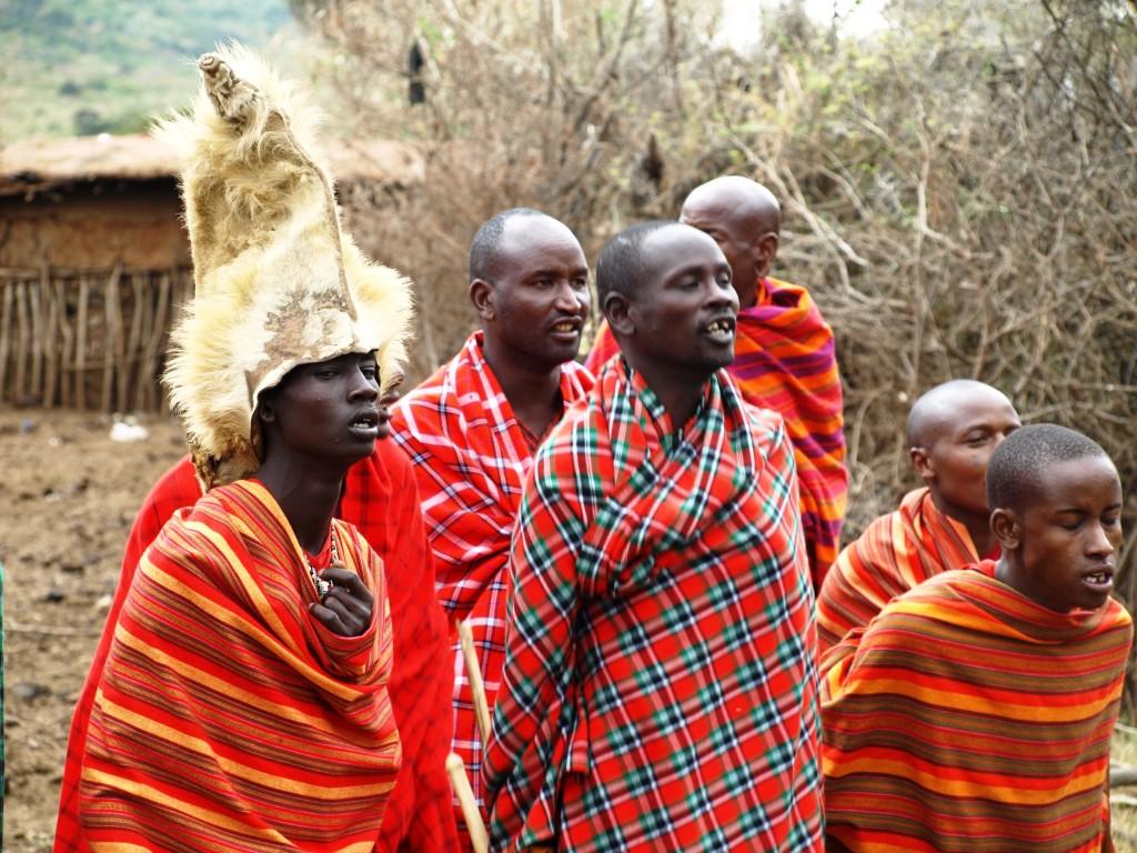Masais cantando en su aldea. Por Udare