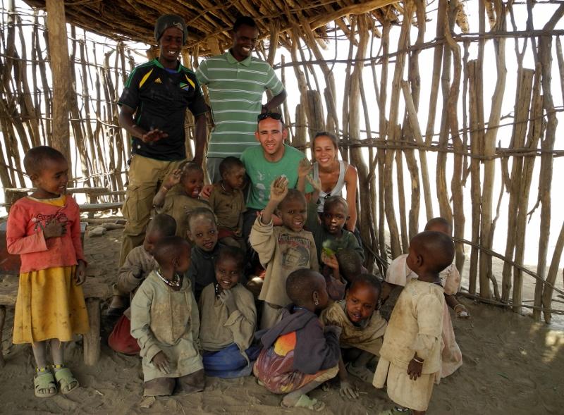 Sandra, José Luis, Bruno y Eli en un colegio masai. Por Sandra