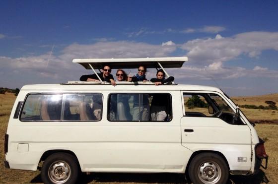 Los cuatro amigos en su vehículo de Kenia. Por Marta