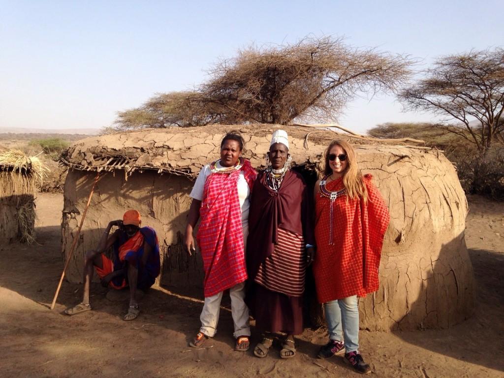 Junto a una manyatta (casa) masai. Por Diana