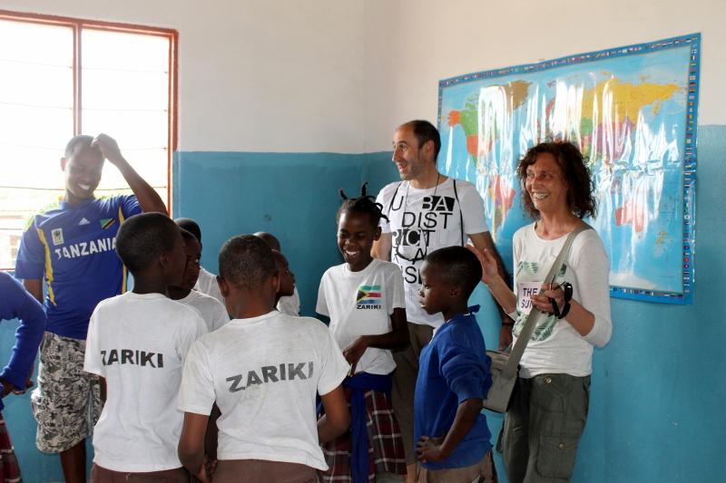 Raúl y Maite con Humprey visitando un colegio. Por Raúl