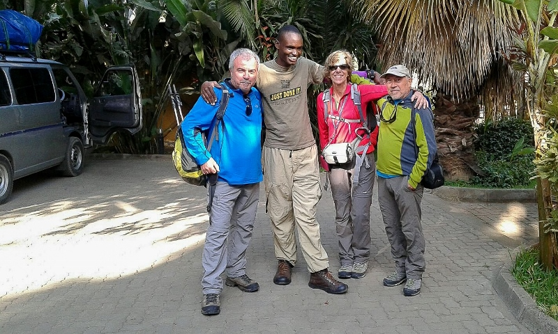 Frederic, Felipe, Teresa y Eli ya de regreso en Arusha. Por Frederic