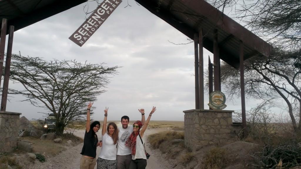 En la puerta de Naabi en Serengeti. Por Marta