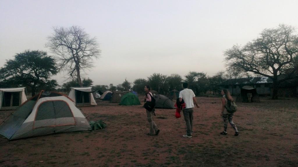 Llegando al campamento tras el safari. Por Javier
