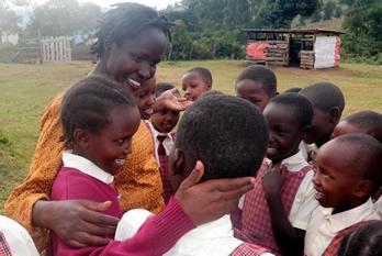 Kakenya con algunas de las niñas a las que ha facilitado el cambio