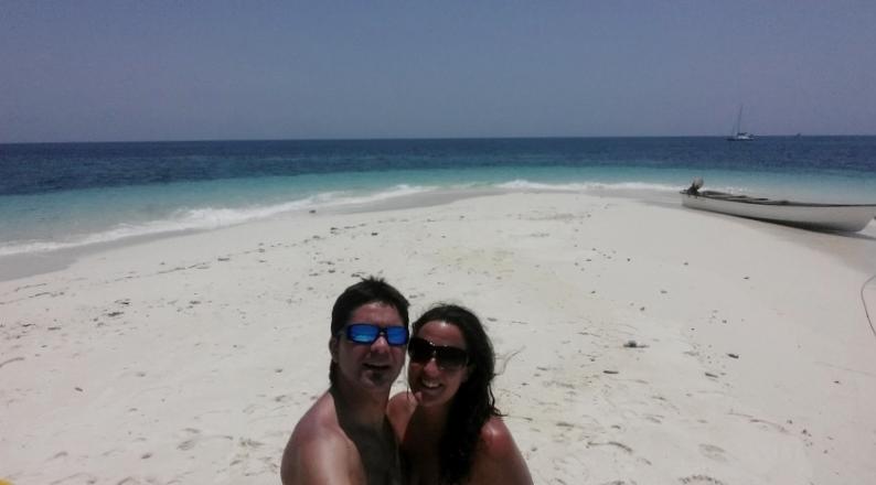 Rubén y Marta, en las paradisíacas playas de Zanzibar. Por Marta