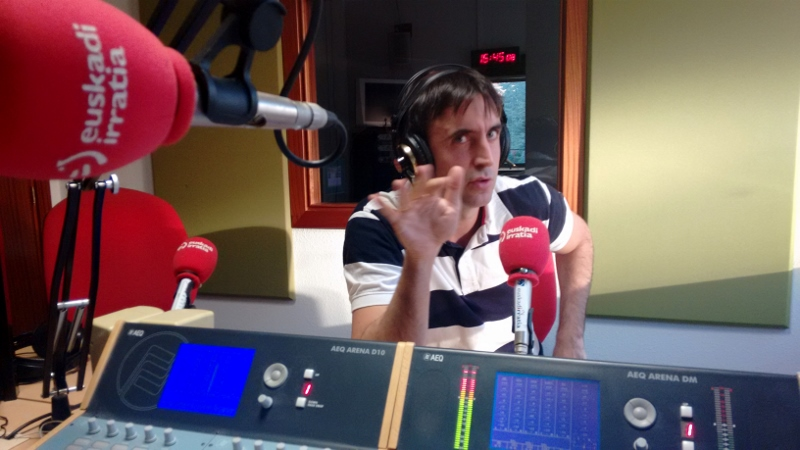 Aitor en los estudios de Euskadi Irratia. Por Udare