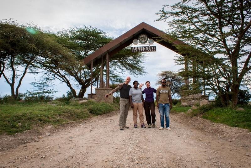 En la puerta Naabi de Serengeti. Por Laura