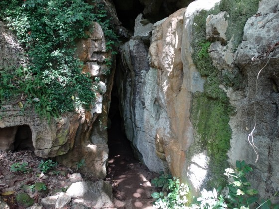 Entrada a las cuevas de Amboni. Por Udare
