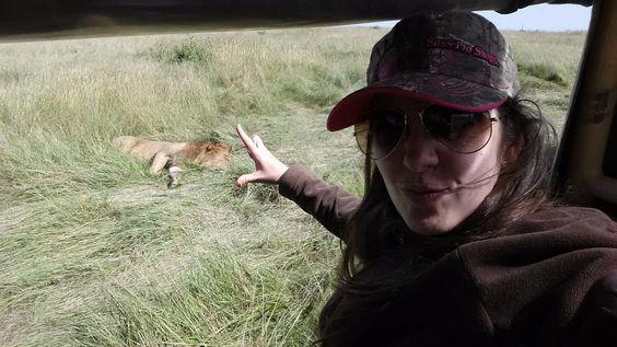 Angie muy cerca del león. Por Angie