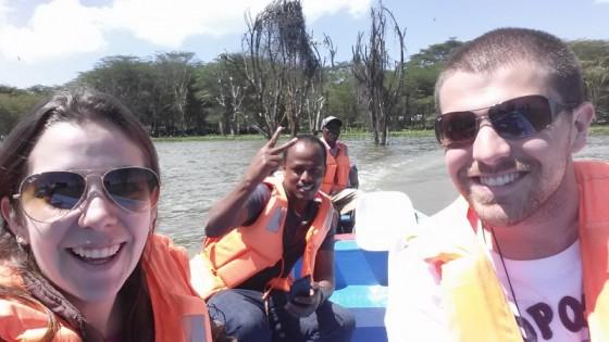Angie y Claudio en Naivasha acompañados por Humprey. Por Angie