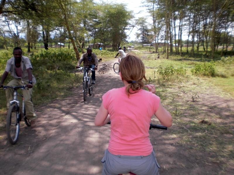 Encarna disfrutando de un paseo en bici en Mto Wwa Mbu. Por Pablo