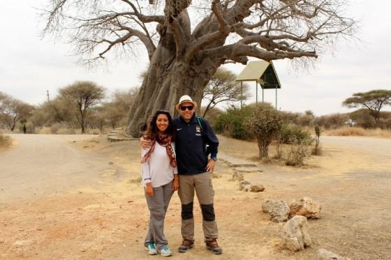 Natalia y Chencho en la entrada de Tarangire. Por Natalia
