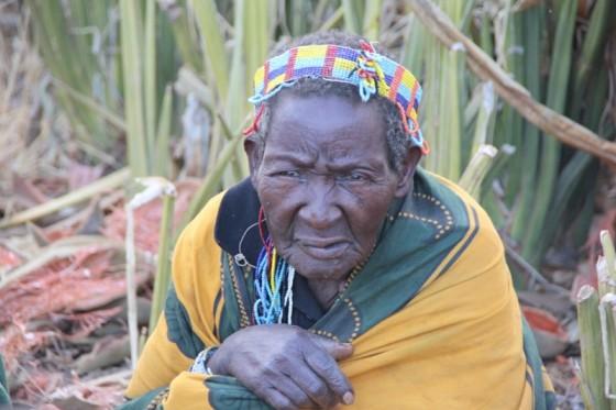 Mujer en lago Eyasi. Por Nuria