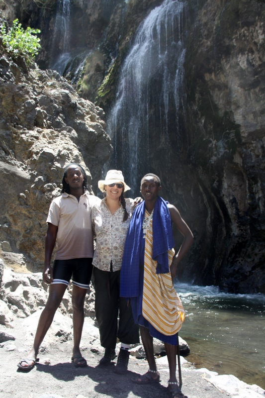 Leire descubriendo del guía masai y de Bruno (conductor) las cascadas. Por Francisco