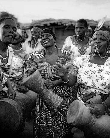 Mujeres Wagogo tocando tambores. Por Carmen Ballvé