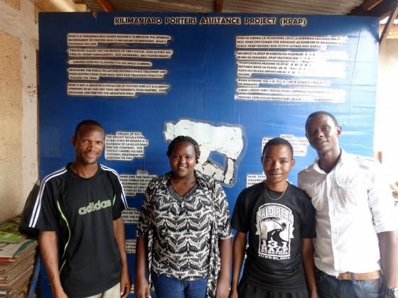 Colleta y Gregory con porteadores en la ONG KPAP. Por Udare