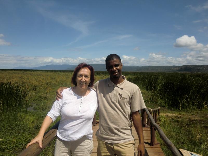 Paqui con Andrew en Manyara. Por Roberto