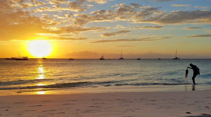 Puesta de sol en Nungwi Beach. Por Javier