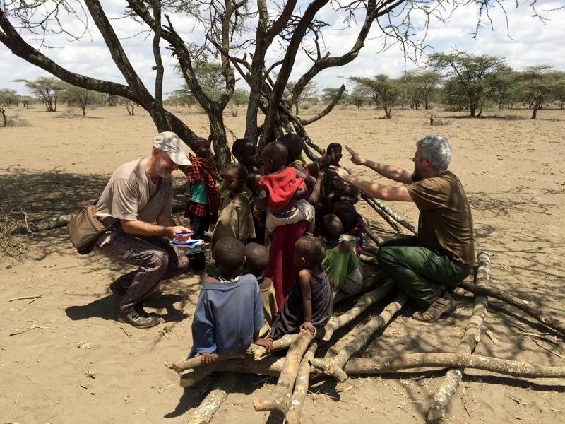 Compartiendo sonrisas con los masais. Por Eduardo