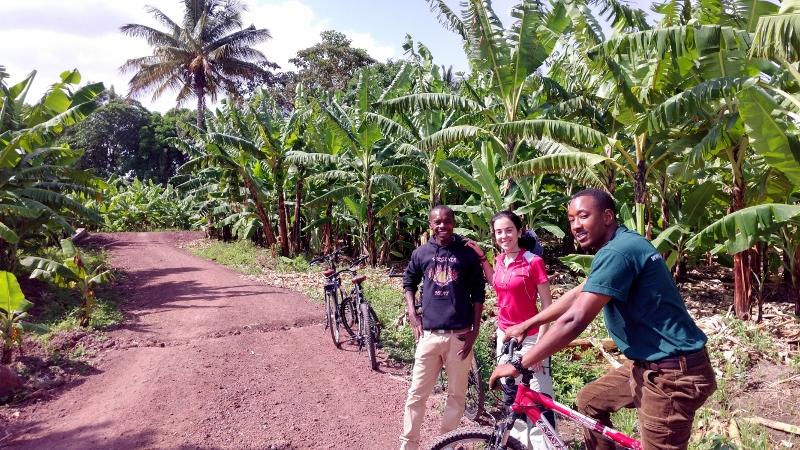 Michael, Elena y Paul en Mto Wa Mbu. Por Paco